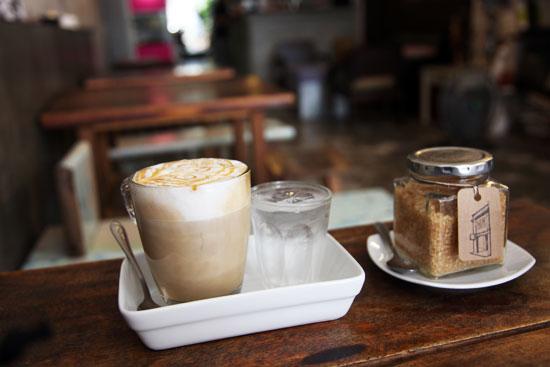 Latte macchiato dans un bar de Soi Romanee