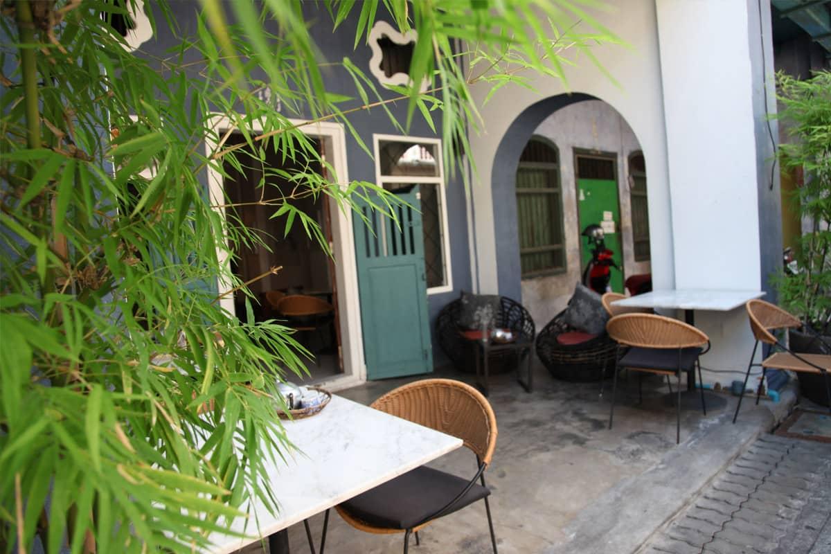Terrasse extérieure du Phuket 346, sur Soi Romanee