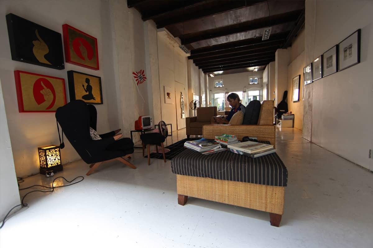 Au rez, la galerie d'art contemporain